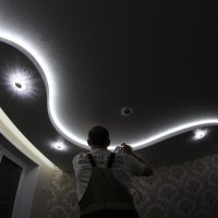 установка светодиодной ленты для фактурного потолка
