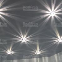 Классический белый матовый натяжной потолок с точечными светильниками