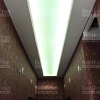 Двухуровневый коридор с подсветкой