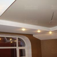 многоуровневый сатиновый потолок с комбинированной подсветкой