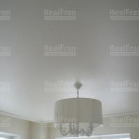 сатиновый потолок с люстрой