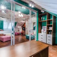 спот освещение и сатиновый потолок
