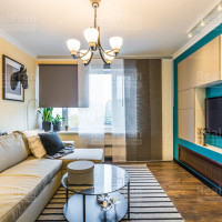 сатиновый потолок с люстрой в гостиной