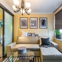 сатиновый натяжной потолок для гостиной комнаты с люстрой