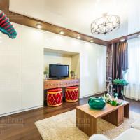 фото натяжного глянцевого  потолка в гостиной