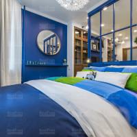 комната с матовым натяжным потолком и точечным освещением