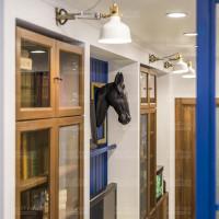 бра и точечное освещение для дизайна комнаты с матовым натяжным потолком
