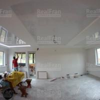 Двухуровневый комбинированный белый натяжной потолок со светодиодной RGB подсветкой