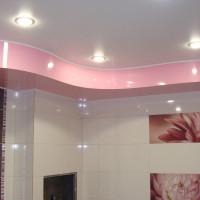 Криволинейный натяжной потолок с подсветкой