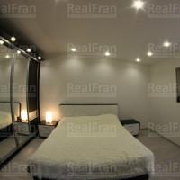 матовый потолок в спальной