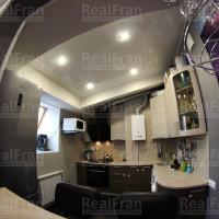 глянцевый натяжной потолок фото кухни