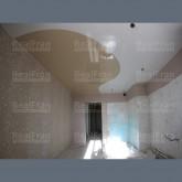 Натяжной комбинированный потолок с криволинейной спайкой