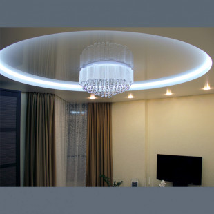 Двухуровневые натяжные потолки с подсветкой в зал с установкой 1м2