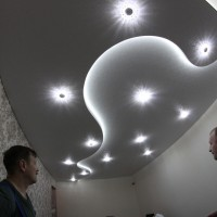 фактурный натяжной потолок с точечным освещением