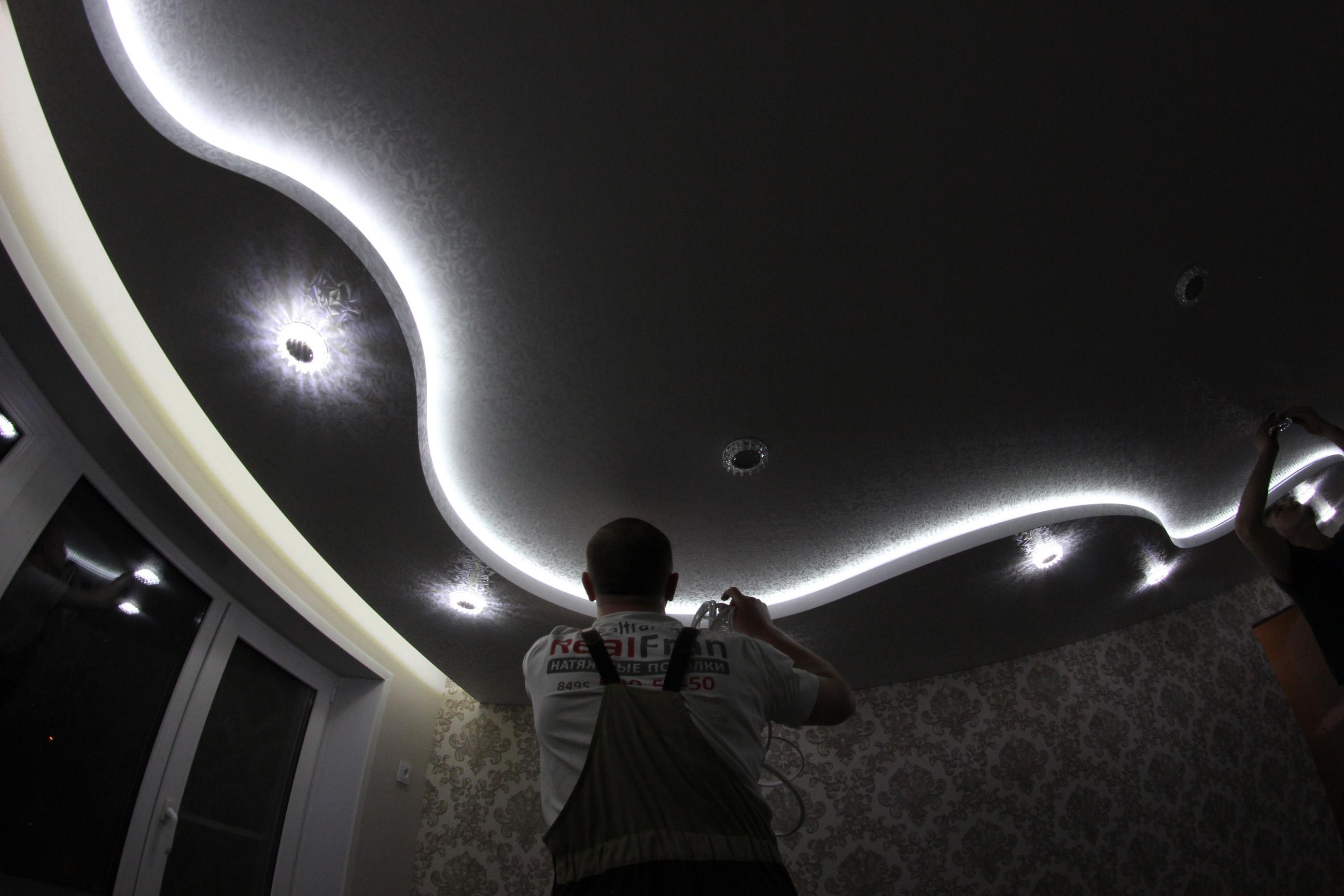 своего кулакова натяжной потолок криволинейный с подсветкой фото глория