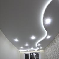 натяжной потолок со светодиодной лентой и точечным освещением
