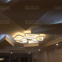 Натяжной потолок с фигурами и подсветкой