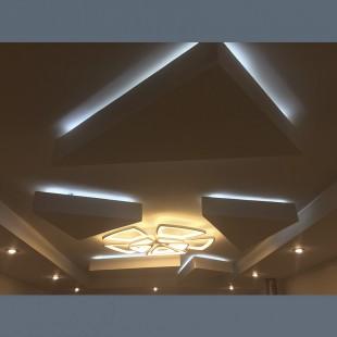 Двухуровневый натяжной потолок с подвесными 3D фигурами и подсветкой