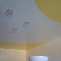 Криволинейный натяжной потолок со спайкой