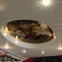 натяжной потолок с фото печатью многоуровневый с точечной подсветкой фреска