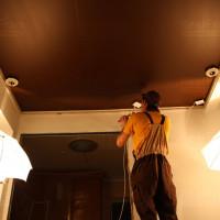 многоуровневый кремовый натяжной сатиновый потолок