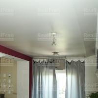 комбинированный сатиновый потолок с люстрой