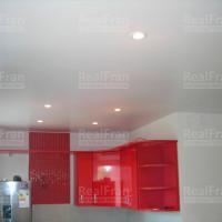 сатиновый потолок с светодиодными точечными светильниками
