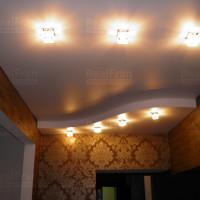 многоуровневый сатиновый потолок с люстрами