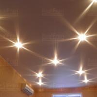 фото сатинового потолка с подсветкой