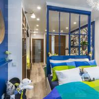 спальня с матовым натяжным потолком и точечным освещением