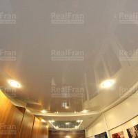 Белый лаковый натяжной потолок