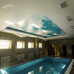 Установка натяжных потолков с фотопечатью «НЕБО» в офисном здании с бассейном .